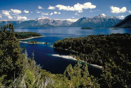 Eine herausfordernde Route führt entlang des Bergsees Bariloche