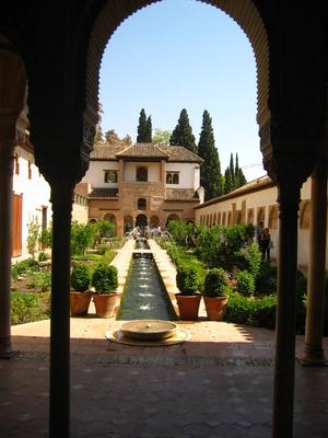 Alhambra Garten aus dem Palast heraus fotografiert
