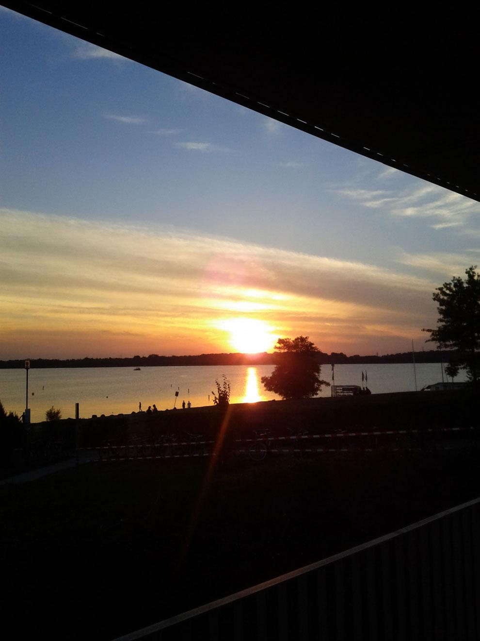 Blick auf den Sonnenuntergang aus der Ferienwohnung von Pier 1 auf den Cospudener See