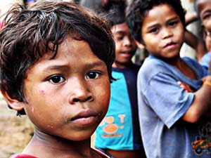 Kinder leben in Südamerika oft in Armut.