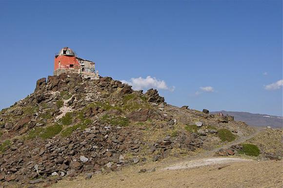 Hoch in der Sierra Nevada gelegen befindet sich das Observatorium Pradollano
