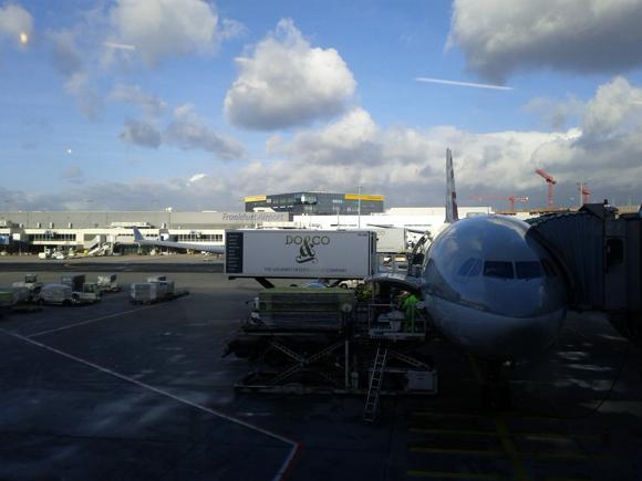 Flugzeug von Qatar Airlines nach Doha wird am Frankfurter Flughafen beladen